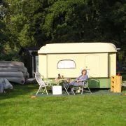 ... berechnet man den Aufwand, der für Übernachtung und Verpflegung betrieben wird, so fallen beim Urlaub mit Wohnwagen oder Wohnmobil die mit Abstand geringsten Treibhausgasemissionen an.