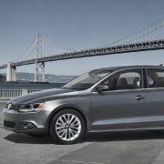 VW will den neuen Jetta auch mit Hybrid-Antrieb anbieten. Dafür wird ein 30 PS starker E-Motor mit dem serienmäßigen Doppelkupplungsgetriebe kombiniert.