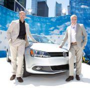 Dort präsentierten VW-Designer Klaus Bischoff (links) und Stefan Jacoby, Präsident von VW Nordamerika, stolz das neue VW-Baby.