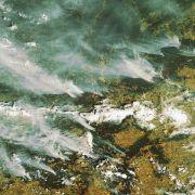 Rauchschwaden ziehen über das Land. Sie erstrecken sich über mehrere hundert Kilometer.