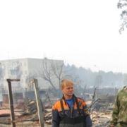 Feuerwehrleute räumen die Leichen aus den Ruinen, damit ihre Lieben sie beerdigen können.