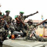In Somalia herrschen eigentlich immer Krieg und Hunger. Seit 1991 dauert der Bürgerkrieg, islamistische Milizen sind stark und unterstützen al-Qaida. Zudem machen somalische Piraten der Schifffahrt am Horn von Afrika zu schaffen.