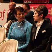 Daphne Locker und Meredith Stead aus den USA setzten sich nach ihrem Auftritt ins Publikum und unterstützten die männlichen Tänzer.