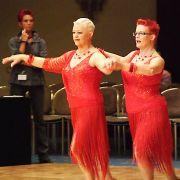 Dorothea Arning und Almut Freund sind  farblich die Hingucker der Tanzrunde.