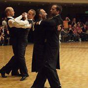 Die tanzenden Herren kommen nicht ganz so farbenfroh daher, wie die Damen.