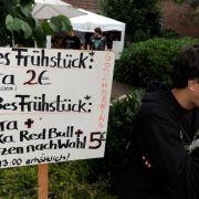 Man hat sich arrangiert. Die Dorfbewohner verkaufen die unabdingbaren Alkoholika mit einer Prise norddeutschem Humor.