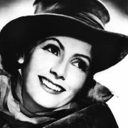 Die Filmdiven eben. Die Frage Hat jemand mal Feuer brachte im Hollywood der 1930er bis 50er Mann und Frau einander näher. Auch Greta Garbo smokte vor der Kamera. Zum Beispiel 1930 in Anna Christie.