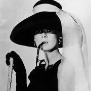 So lang und fein die Spitze auch ist: Der Qualm kommt trotzdem durch. Doch 1961, als Audrey Hepburn im Frühstück bei Tiffany's die Welt verzauberte, dachte niemand dabei an Lungenkrebs.