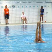Beine und Füße aus dem Wasser: Eine beliebte Figur im Solo-Synchronschwimmen zeigt Manuel Bello aus den USA.