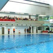 Die Zuschauer wurde auf die Ränge verbannt, denn ins Schwimmbad darf man nur mit Badelatschen oder barfuß.