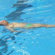 Zu Bonnie Tylers I Need A Hero legt er sich erstmal aufs Wasser.