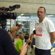 Nach seiner Schwimmkür muss Johannes Andrees Interviews geben. Wie die richtigen Profisportler.