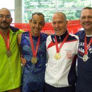 Sieger und sieger der Herzen: (v.l) Manuel Bello wurde Dritter, Paul Palomares Erster und Johannes Andrees Zweiter in der Kategorie Solo-Synchronschwimmen Altersklasse 40 bis 49 Jahre. Christian Bordeleau (2. v. r.) trat als einziger in der Klasse 50 bis