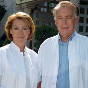 Zum 20-jährigen Jubiläum der Serie schlüpften Klausjürgen Wussow und Gaby Dohm nochmal in die Arztkittel und damit in die Rollen von Professor Brinkmann und seiner Frau Dr. Christa Brinkmann.