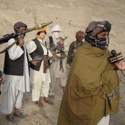 Begleitet von Taliban-Kämpfern gibt Sabiullah Mudschahid, ein Sprecher der Taliban, ein Interview.