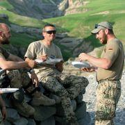 In einem gesicherten Nachtlager im Norden Badachschans essen deutsche Sodaten zu Abend.