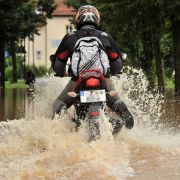 Ein Motorradfahrer durchfährt den überschwemmten Uferbereich der Würschnitz im Chemnitzer Ortsteil Klaffenbach.