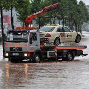 Nach starken Regenfällen in der Nacht sind in Sachsen zahlreiche Straßen nicht mehr befahrbar.