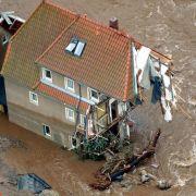 Die heftigen Überschwemmungen wecken Erinnerungen an das Jahrhunderthochwasser von 2002: Es begann auch in der sächsischen Erzgebirgsregion - hier ein zerstörtes Haus in Weesenstein bei Pirna.
