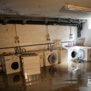 Wasser steht in einem Keller eines Hauses in Neukirchen bei Chemnitz, in dem bei einem Hochwasser drei Menschen starben. Beim Auspumpen eines Kellers hat die dortige Feuerwehr die drei Leichen entdeckt.