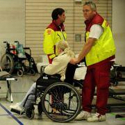 Evakuierte Einwohner von Goerlitz aus vom Hochwasser der Neisse überfluteten Wohnsiedlungen verbringen die Nacht in einer Turnhalle des Berufsschulzentrums der Stadt und werden dabei von Hilfskräften betreut.
