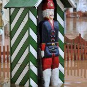 Nasse Füße bekommt dieser Holz-Grenadier im überschwemmten Schlosshof vom Wasserschloss Klaffenbach in Chemnitz.