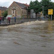 Im ostsächsischen Zittau zeigte der Pegel der Neiße am Samstag mit über vier Metern den fünffachen Normalwert.