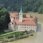Das Wasser der Donau grenzt an das Kloster Weltenburg (Bayern). Wegen der nachlassenden Regenfälle hat sich die Hochwasserlage in weiten Teilen Bayerns deutlich entspannt.