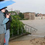 Zwei Einwohner blicken in Görlitz (Sachsen) auf vom Hochwasser der Neiße überflutete Wohnhäuser in Zgorzelec (Polen).