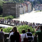 Schaulustige bestaunen an der Neiße in Görlitz/Zgorzelec das mit einem Pegelstand von rund sieben Metern historische Hochwasser des Flusses.