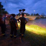 Feuerwehrleute beobachten mit Hilfe eines Lichtstrahlers den Wasserstand unter einer Brücke der Neiße in Bad Muskau. Seit Samstagnach wartet man dort bereits auf den Scheitelpunkt der Flut, der immer noch nicht eingetroffen ist.