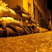 Sandsaecke liegen in Bad Muskau bereit. Die Hochwasserlage entlang der Neisse in Sachsen ist auch am Montagmorgen noch immer angespannt. Es muss damit gerechnet werden, dass der zum Unesco-Weltkulturerbe gehörende Fuerst-Pückler-Park, Schloss und Marktpla