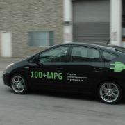 Patrick L. Cadam von Green Gears aus San Francisco ist auf die Umrüstung von Hybridautos spezialisiert. Seitlich an seinem Prius prangt der Schriftzug 100 + MPG ...