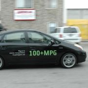 ... übersetzt heißt das: Mehr als 100 Meilen pro Gallone, also weniger als 2,5 Liter Benzinverbrauch pro 100 Kilometer. Normale Hybridautos wie der Toyota Prius III oder der Ford Fusion Hybrid schaffen nach dem amerikanischen Berechnungssystem gerade einm