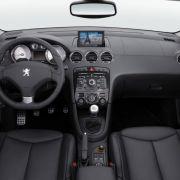 Das Cockpit ist übersichtlich, auf Wunsch mit edlem Leder bespannt und die meisten Bedienmodule sind dort, wo man sie erwartet. Eine Ausnahme bildet der nach wie vor am Blinkerhebel untergebrachte Lichtschalter ...