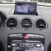 Auch beim Navigationssystem hinkt der offene Peugeot 308 CC der Konkurrenz hinterher. Die Kartendarstellung wäre allenfalls vor zehn Jahren akzeptabel gewesen und die Bedienung lässt ebenfalls große Potenziale für die nächste Generation. Ein einfacher USB
