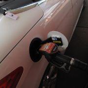 Der Verbrauch fällt leider zu hoch aus. Zeitgemäße Effizienzmaßnahmen wie ein regeneratives Bremssystem, eine Start-Stopp-Automatik oder entkoppelbare Nebenaggregate fehlen. Der Sonnenanbeter schluckte im Praxistest 7,1 Liter Diesel auf 100 Kilometern und