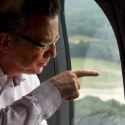 Bundesinnenminister Thomas de Maizière verschafft sich einen Überblick über die Hochwasserschäden bei Bad Muskau.