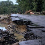 Eine zerstörte Straße zwischen Görlitz und dem polnischen Bogatynia.
