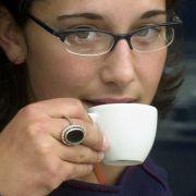 Ein bewährtes Mittel gegen Kopfschmerzen ist Espresso mit Zitrone. Die Kombination dämpft das Schmerzempfinden.