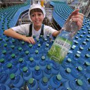 Alkohol sorgt dafür, dass dem Körper Wasser entzogen wird. Um den Flüssigkeitsverlust auszugleichen, sollte man viel Mineralwasser oder Saftschorlen trinken.