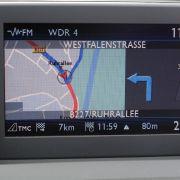 1990 kam Pioneer mit dem GPS-gestützten Auto- Navigationssystem und schlug damit als Erster die Richtung ein, in die es in Zukunft gehen sollte. Das erste vollwertige serienmäßige Navigationssystem in einem deutschen Auto baute BMW in seine Luxuslimousine
