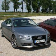 Nicht viel schlechter macht es der Ingolstädter. Der Audi A5 muss mit 265 PS und 330 Nm maximalem Drehmoment auskommen. Ohne Turbo heißt auch, dass unten herum wenig geht.