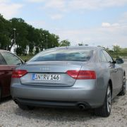 Der Audi A5 3.2 FSI quattro und das BMW 335i Coupé, das heißt: Zwei große Türen, vier Sitzplätze und ein leistungsstarkes Sechszylinder- Triebwerk - so weit bieten beide Konkurrenten ähnliches.
