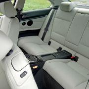 Dem Platzangebot im Fond kommt bei einem Coupé eine allenfalls untergeordnete Bedeutung zu. Hier sitzt es sich im BMW (im Bild) etwas geräumiger. Der Laderaum des Audi schluckt 465 Liter, der des BMW ist mit 440 Litern etwas kleiner.
