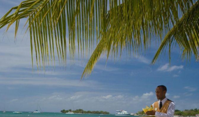 Und wer beim Dösen oder Turteln gern dem Rauschen des Meeres lauscht, der kann es sich am Strand bequem machen.