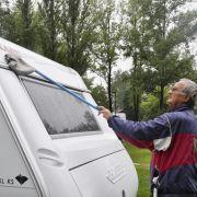 Jürgen Arnsberger lebt in Schweden, er kennt die Sache mit dem Wetter zu Genüge. Dass es ihnen gar nichts ausmacht, will seine Frau aber nicht so recht unterschreiben. Doch im Wohnwagen haben sie immerhin Fußbodenheizung.