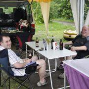Diese jungen Männer aus Schmalkalden sehen vorerst keinen Grund, die Zelte abzubrechen. Sie haben sie ja auch gerade erst aufgebaut. Es erwartet sie ein langes Wochenende mit Bier und alten Freunden. Da ist der Regen wirklich nur eine Randnotiz.