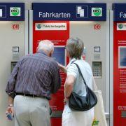 Doch wer jetzt auf große Reise gehen will, braucht eigentlich nicht einmal mehr Bares. Automaten mögen genauso gern Plastikgeld. Und sie sind niemals unwirsch. Aber auch niemals überraschend nett.