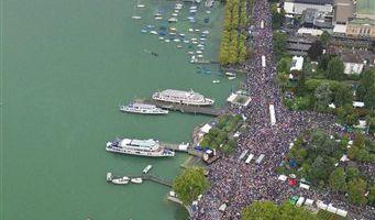 Mit einer Schweigeminute haben die Teilnehmer der Street Parade in Zürich am Samstag an die Opfer der Massenpanik bei der Loveparade in Duisburg vor drei Wochen erinnert.